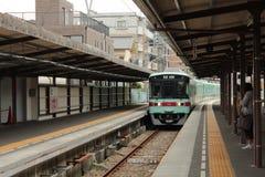 Kommen des Nahverkehrszugs zu Dazaifu-Station Stockfotografie