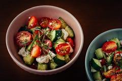Kommen Mediterrane Griekse Salade royalty-vrije stock foto