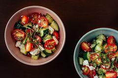 Kommen Mediterrane Griekse Salade stock afbeelding