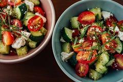 Kommen Mediterrane Griekse Salade royalty-vrije stock afbeelding