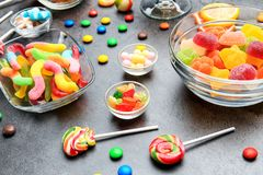 Kommen met heerlijk suikergoed stock afbeeldingen