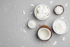 Kommen met kokosnotenvlokken op grijze hoogste mening als achtergrond royalty-vrije stock foto