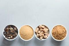 Kommen met verschillende types van suiker Stock Foto's