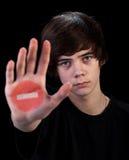 Kommen nicht weiter - Jugendlichjunge mit Zeichen an Hand Stockbilder