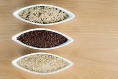 3 kommen ruwe rijst Stock Afbeeldingen