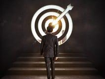 Kommen Sie zu einem Ziel des Erfolgs Geschäftsmann, der die Treppe bis zu einem Ziel klettert Wiedergabe 3d stockfoto
