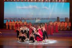 Kommen Sie zum Arbeitskraft ` s Hausmann und weiblichen zum Ensemble-EInlied und tanzen Sie Drama Stockfotos
