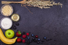 Kommen van Yoghurt en Havervlokken, Verse Appelen, Honing en de Zomerbessen Stock Afbeeldingen