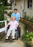 Kommen zu dem Pflegeheim stockfoto