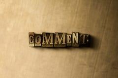 KOMMENTAR - närbild av det typsatta ordet för grungy tappning på metallbakgrunden Arkivbilder