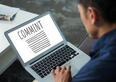 Kommentartext und -graphik auf Laptopschirm mit bemannt Hände Stockfotos