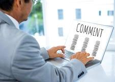 Kommentartext und -graphik auf Laptopschirm mit den Händen Stockbilder