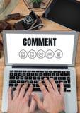 Kommentartext und -graphik auf Laptopschirm mit den Händen Lizenzfreie Stockfotos