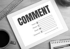 Kommentartext und -graphik auf Tablettenschirm Stockbilder