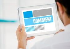 Kommentartext und -graphik auf Tablettenschirm mit bemannt Hände Lizenzfreie Stockfotografie