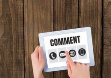 Kommentartext und -graphik auf Tablettenschirm mit den Händen Stockfotos
