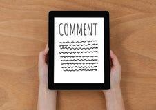 Kommentartext und -graphik auf Tablettenschirm mit den Händen Stockbilder