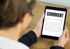 Kommentartext und -graphik auf Tablettenschirm mit den Händen Lizenzfreies Stockfoto