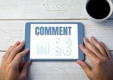 Kommentartext und -graphik auf Tablettenschirm mit den Händen Stockbild