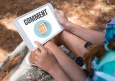 Kommentartext und -graphik auf Tablettenschirm mit den Händen der Frau Stockfoto