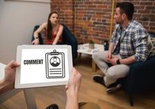 Kommentartext und -graphik auf Tablettenschirm mit Leuten Lizenzfreies Stockbild