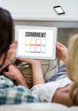 Kommentartext und -graphik auf Tablettenschirm mit Paaren Stockbilder