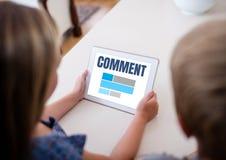 Kommentartext und -graphik auf Tablettenschirm mit Paaren Stockbild