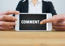 Kommentartext und -graphik auf Telefonschirm mit den Händen Lizenzfreies Stockfoto