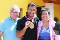 Kommer den olympiska medaljen för Andrea Molmenti guld baksidt home Arkivbilder