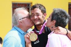 Kommer den olympiska medaljen för Andrea Molmenti guld baksidt home Royaltyfri Foto