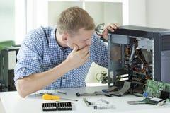 Kommer med datoren Arkivfoto