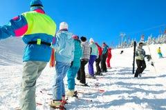 kommer skiers uppför trappan Arkivbild