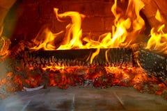 Kommer ugnen för wood brand för skymt för pizza in Arkivfoton