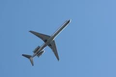 kommersiell över huvudet flygstråle för flygplan Royaltyfria Bilder