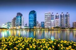 Kommersiell byggnad i Bangkok skymning royaltyfri foto