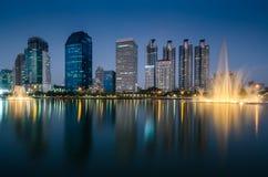 Kommersiell byggnad i Bangkok skymning arkivbilder
