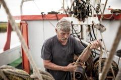 Kommersiell fiskare på arbete Arkivbilder
