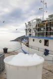 Kommersiell fiskebåt i hamnen Royaltyfri Fotografi