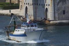 Kommersiell fiskebåt i Taranto, Puglia, Italien Royaltyfri Fotografi