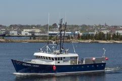 Kommersiell fiskebåt Rachel Leah som lämnar port Arkivfoto