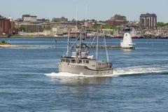 Kommersiell fiskebåt Somethin annars med New Bedford waterfron Arkivbild