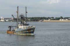 Kommersiell fiskebåtCapt Egennamn i New Bedford den yttre hamnen fotografering för bildbyråer