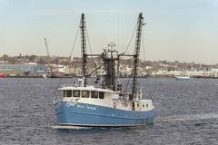 Kommersiell fiskebåtfröcken Taylor som korsar New Bedford den inre hamnen royaltyfri fotografi