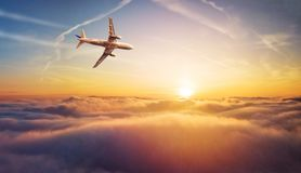 Kommersiell flygplanjetflygplan som flyger ovannämnda moln i härlig su Arkivbild