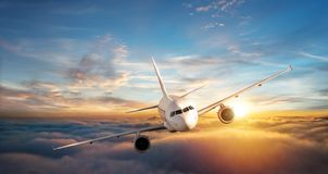 Kommersiell flygplanjetflygplan som flyger ovannämnda moln i härlig su Royaltyfria Bilder
