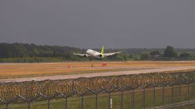 Kommersiell flygplanlandning en flygplats lager videofilmer