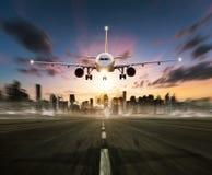 Kommersiell flygplanlandning för passagerare på landningsbana Arkivbild