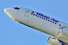 Kommersiell flygplanstart för blå luft från den Otopeni flygplatsen i Bucharest Rumänien royaltyfri foto