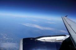 Kommersiell flygplanvinge i blå himmel Arkivbild