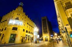 Kommersiell gata i natt. Castellon de la Plana Arkivbild